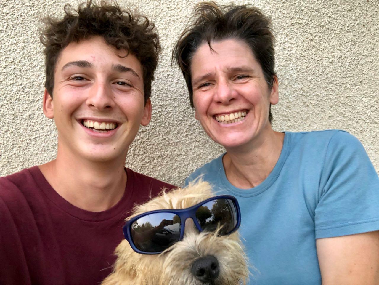 Gaëlle Tom et le chien Noup portant des lunettes de soleil pour le fou rire général !!